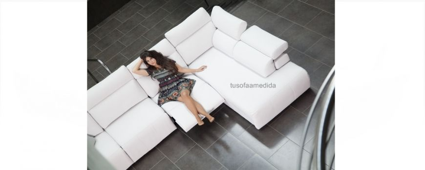 Sofá cama con sistema de apertura italiana y que puedes combinar con asientos deslizantes o relax motor. Elije el brazo liso o con arcón incorporado. Elegante, práctico, cómodo y duradero.