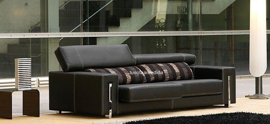 El glamour más moderno en este sofá con chaise longue. Los detalles cromados y el depurado acabado de su confección  hacen de este confortable modelo una apuesta segura para su salón.