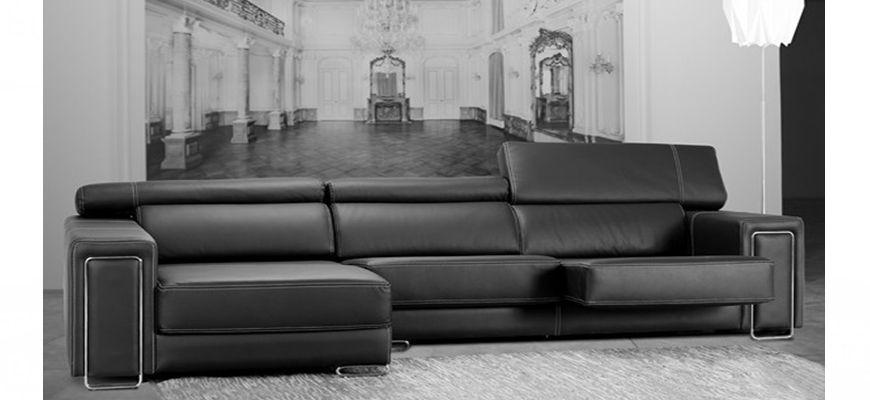 Sofá chaise longue espectacular, funcional y adaptable también en versión sofá rinconera. De un toque de vanguardismo a su vivienda con los detalles de acero y su doble costura decorativa.