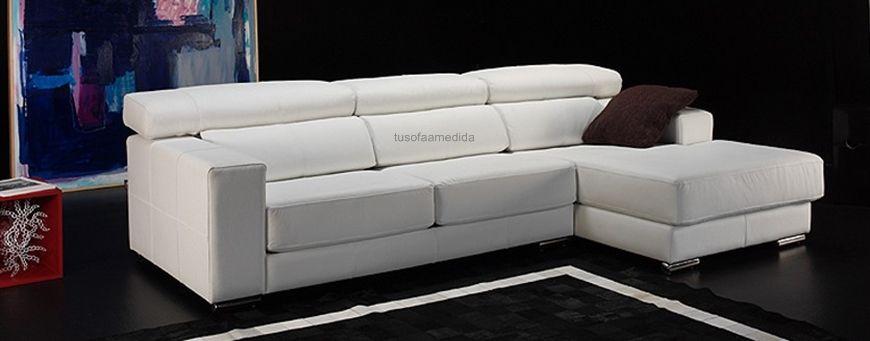 Sofá con chaise longue de líneas rectas y estilo italiano. Dispone de asientos deslizantes y los cabezales se pueden reclinar para conseguir una posición óptima.