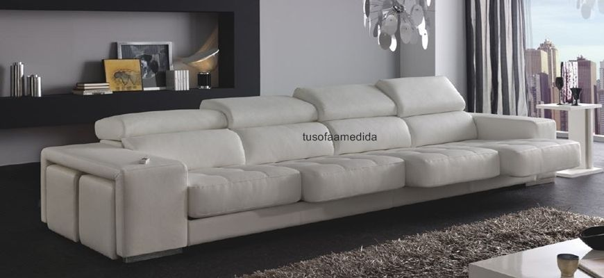 El sofá Samoa con asientos capitoné, brazo pufs, asientos extensibles, cabezales abatibles y chaise longue arcón. Tu elijes la medida, la forma y te lo fabricamos.
