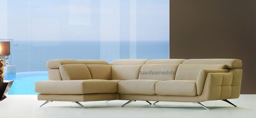 Sofá de diseño minimalista que te ofrece distintos usos con sus respaldos elevables y asientos deslizantes. Sus brazos con almohadas suaves te aportan confort, y sus patas altas estilizan su imagen.