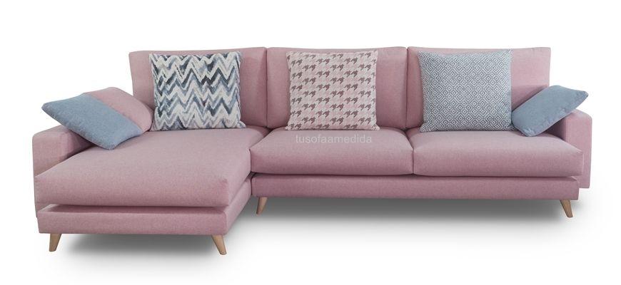 Elegante y funcional sofá con chaise longue de líneas rectas. Disfruta de su confort gracias a su sentada suave, sus respaldos mullidos y sus magníficos cojines decorativos.