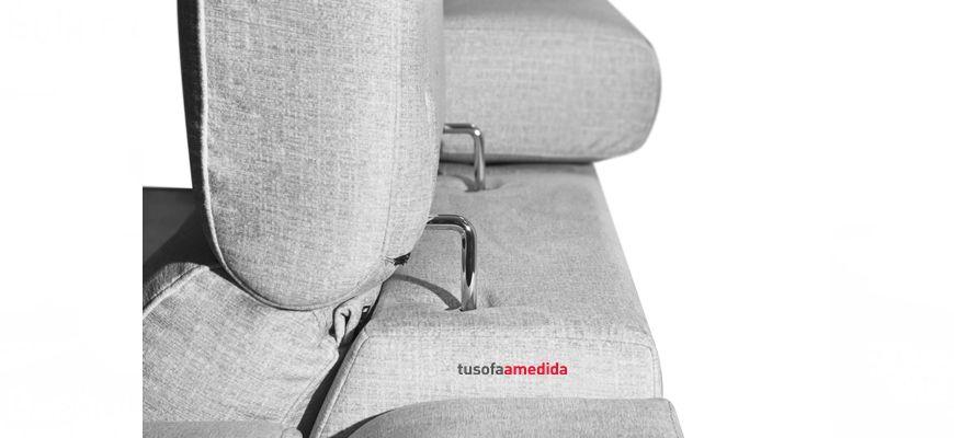 Sofá relax eléctrico con pata alta y cabezales abatibles. Es un sofá con asientos suaves, buen soporte lumbar y cervical. Diseño y confort en el mismo sofá.