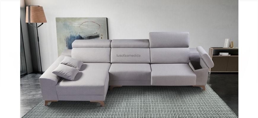Sofá chaise longue con patas altas para facilitar el movimiento del robot limpia-suelos. Incorpora cabezales abatibles, asientos deslizantes por posiciones y brazo con baúl en su interior.