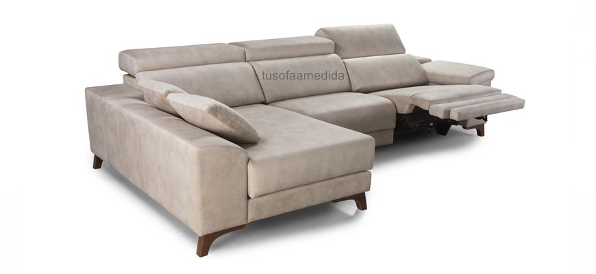 Un placer para todos los sentidos, estética fluida y neutra para un sofá  con chaise longe  de excelentes terminaciones. Los asientos con motorización  de relax se adaptan a cualquier posición.