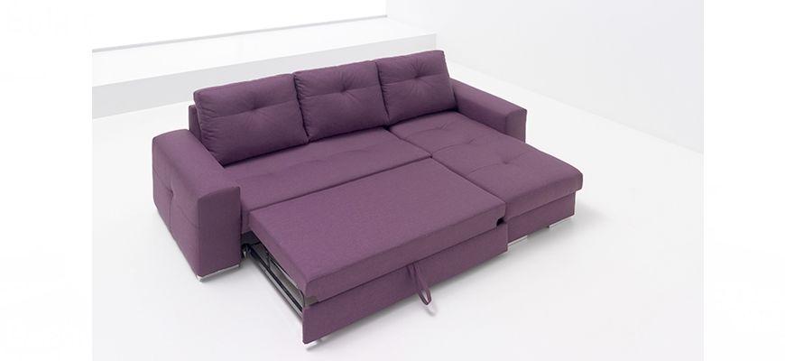Sofá cama con chaise longue compacto ideal para espacios reducidos. Su sistema de nido con arraste elevable transforma el sofá en una confortable cama. Disponible desde 799 euros.